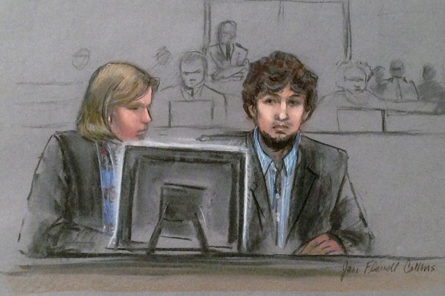 Djokhar Tsarnaev et son avocate Judy Clarke regardent... (ILLUSTRATION JANE FLAVELL COLLINS, ARCHIVES AP)
