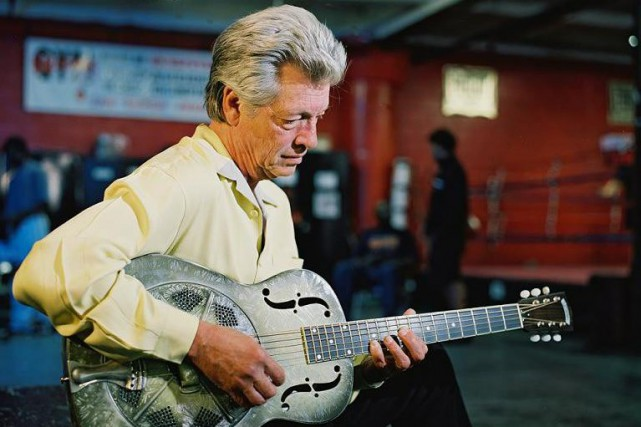 Le bluesman John Hammond chante en s'accompagnant à... ((Courtoisie))