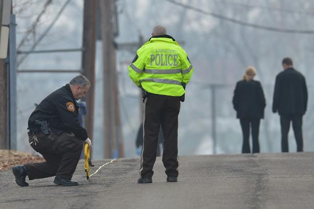 Des enquêteurs du comté de St. Louis examinent... (PHOTO MICHAEL B.THOMAS, AFP)