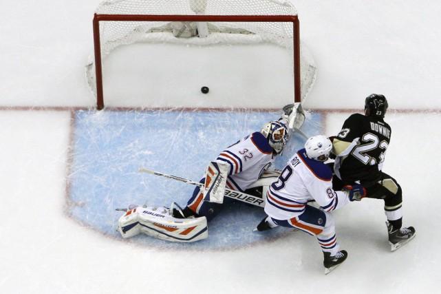 Les Penguins de Pittsburgh ont eu des sueurs froides, mais Steve Downie et... (Photo AP)