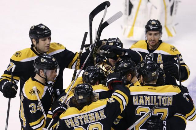 Tuukka Rask a été entouré par ses coéquipiers... (Photo Charles Krupa, AP)
