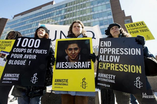 Manifestation pour Raif Badawi devant les bureaux fédéraux... (PHOTO PATRICK SANFAÇON, LA PRESSE)