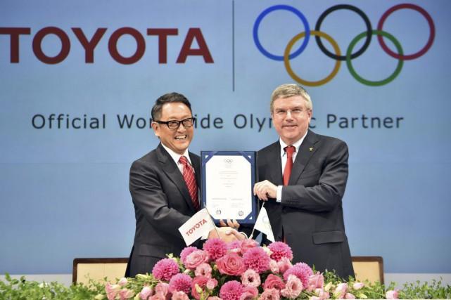Le PDG de Toyota, Akio Toyoda (à gauche),... (PHOTO YOSHIKAZU TSUNO, AFP)
