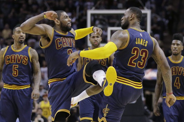 Kyrie Irving et LeBron James... (Photo Eric Gay, AP)