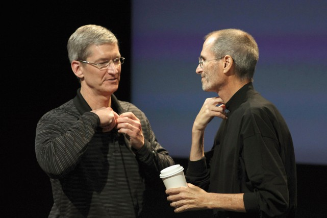 TimCook(à gauche) et SteveJobs en 2010.... (PHOTO KIMBERLY WHITE, ARCHIVES REUTERS)