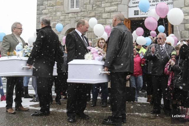 L'émotion était palpable lors des funérailles des petites... (Patrick Woodbury, LeDroit)
