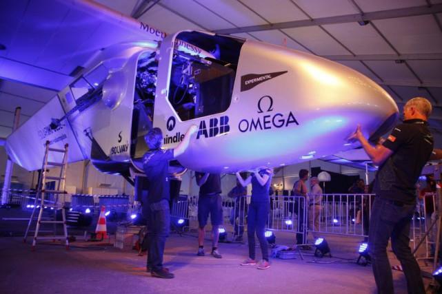 Solar Impulse 2 a atterri à Ahmedabad aux... (Photo Ajit Solanki, AP)