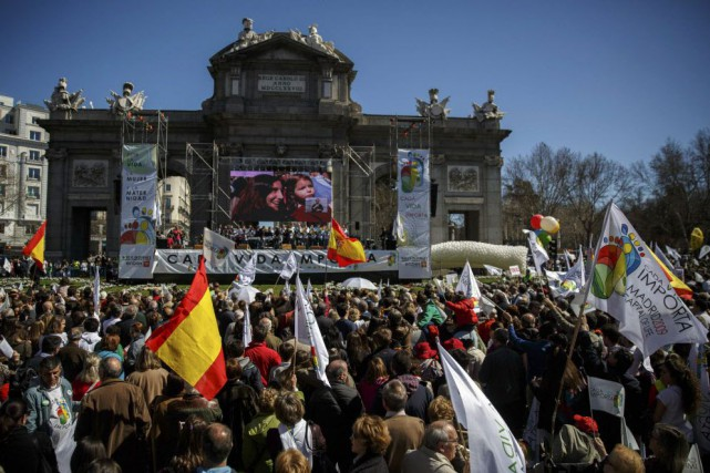Certains manifestants ont menacé de punir Mariano Rajoy... (Photo Andrea Comas, Reuters)
