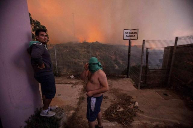 Pendant la nuit, quelque 7000 habitants ont dû... (Photo Lucas Galvez, Reuters)
