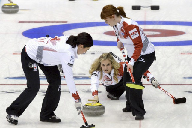 Jennifer Jones et ses coéquipières Dawn McEwen, Jill Officer... (PHOTO RYOSUKE UEMATSU, AP)