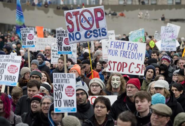 Une manifestation devant l'hôtel de ville de Toronto... (PHOTO DARREN CALABRESE, ARCHIVES LA PRESSE CANADIENNE)