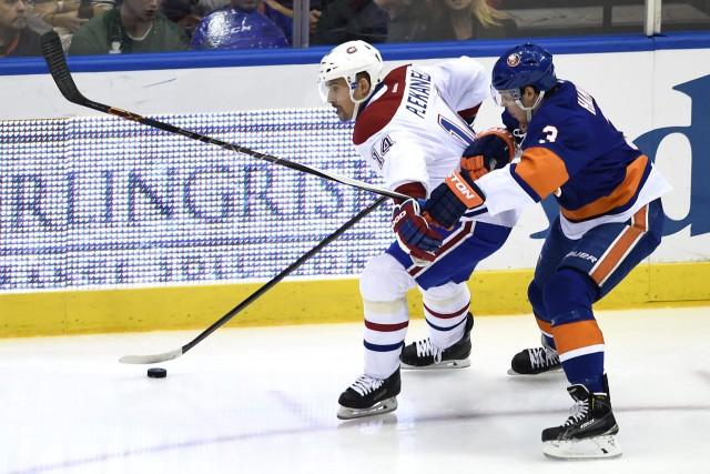 Tomas Plekanec contrôle la rondelle alors qu'il est... (Photo Kathy Kmonicek, AP)