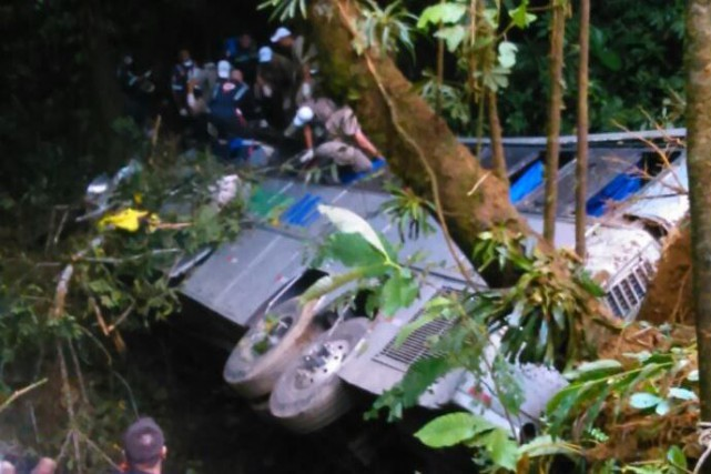 Un total 54 personnes sont mortes dans l'accident d'un autocar, tombé samedi au... (Photo Jean Mazzonetto / RBS TV)