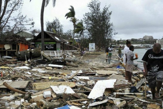 Des résidants de Port Vila constatent l'étendue des... (PHOTO ASSOCIATED PRESS)
