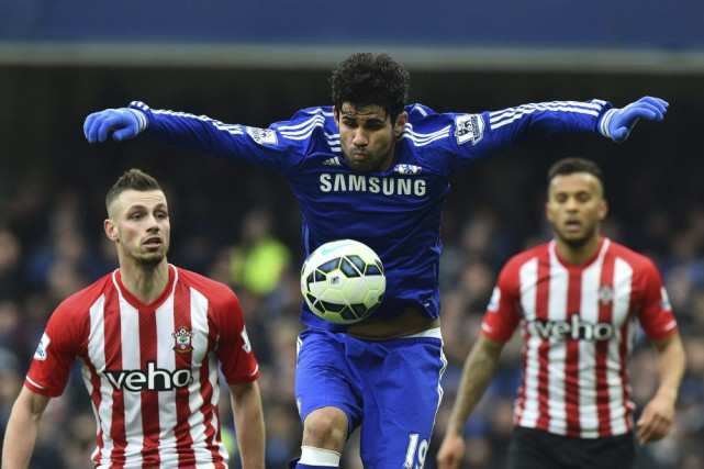 Diego Costa (au centre) récupère le ballon sous... (PHOTO BEN STANSALL, AFP)