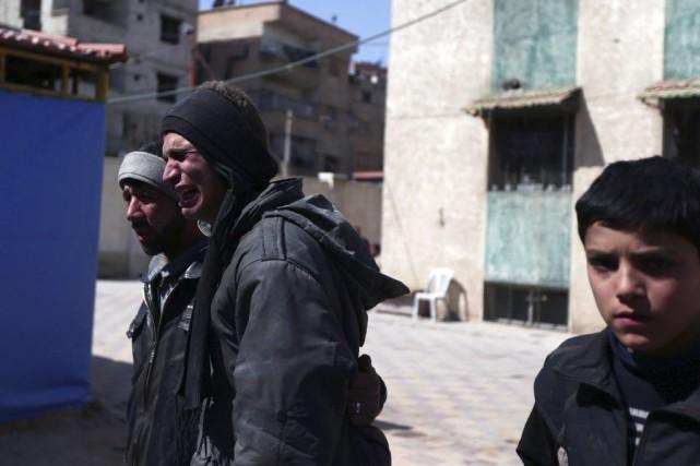 Un homme pleure la mort d'un parent après... (Photo BASSAM KHABIEH, Reuters)
