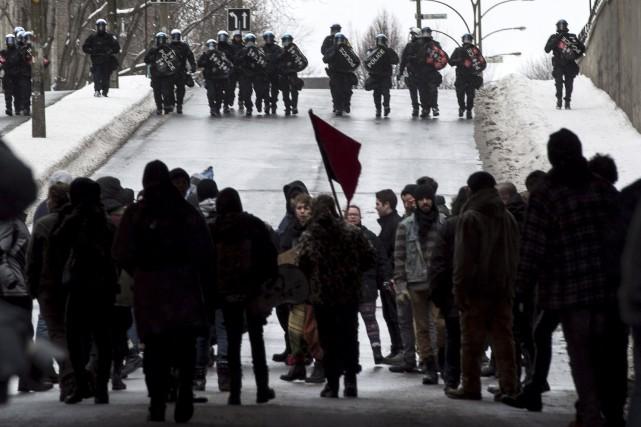 Les policiers étaient bien plus nombreux que les... (La Presse Canadienne)