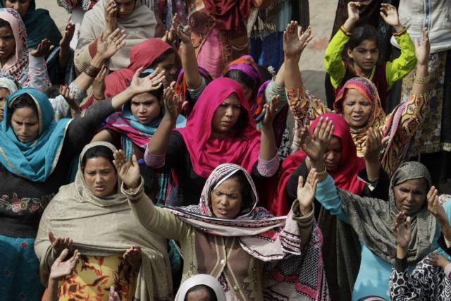 Des femmes se sont rassemblées pour prier, le... (PHOTO K.M. CHAUDARY, AP)