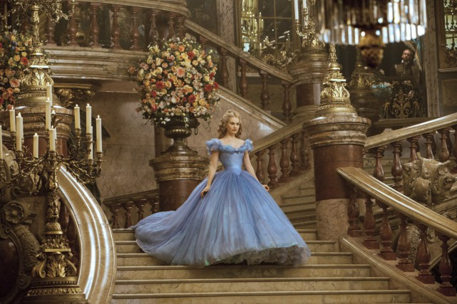Cendrillon (Lilly James) descend le grand escalier du... (Photo: fournie par Disney)