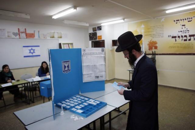 Quelque 5,88 millions d'électeurs israéliens sont appelés mardi... (PHOTO RONEN ZVULUN, REUTERS)