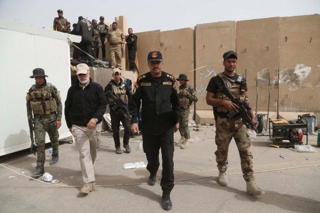 Le général Abdelwahab al-Saadi (au centre), l'un des... (Photo Khalid Mohammed, AP)
