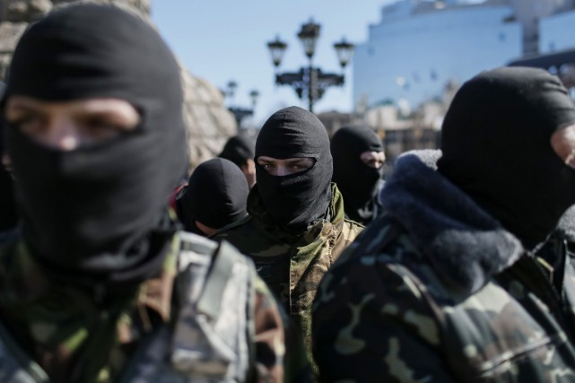 Des membres d'un groupe nationaliste ukrainien se préparent... (Photo Gleb Garanich, Reuters)
