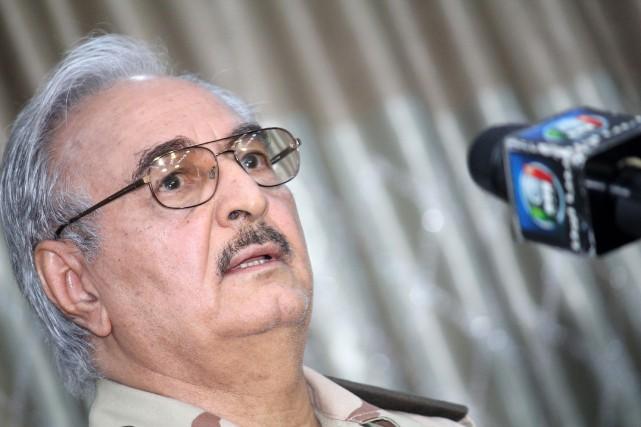L'homme fort de l'armée libyenne, le généralKhalifa Haftar... (PHOTO AFP)