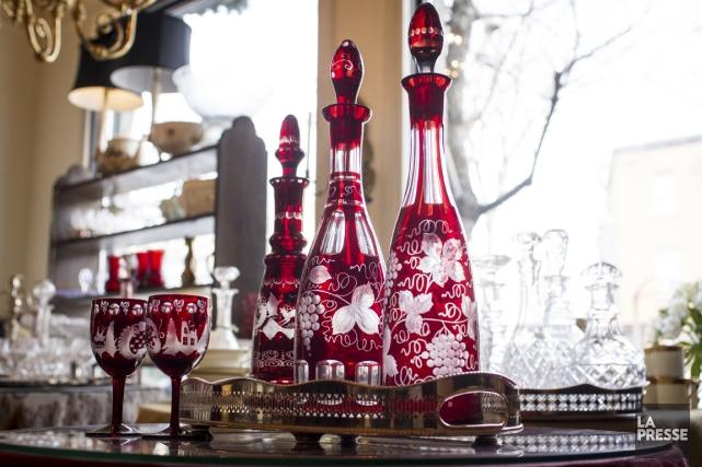 Carafes de cristal taillé, délicates pocelaines anglaises à... (PHOTO OLIVIER PONTBRIAND, LA PRESSE)