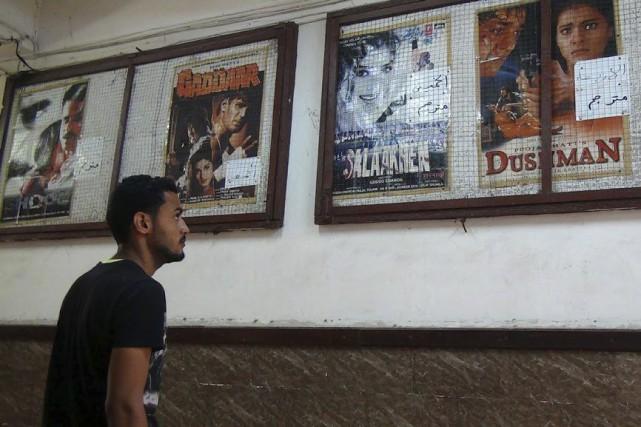 Un homme choisit le film qu'il verra au... (Photo: AFP)