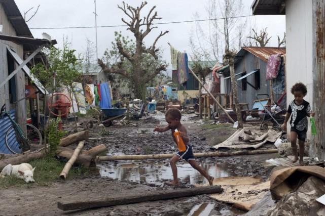 Des tas de feuilles et de branches encombraient... (Photo UNICEF Pacific, AP)
