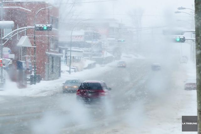 La neige et les vents de mardi après-midi ont compliqué la conduite automobile... (Imacom, René Marquis)