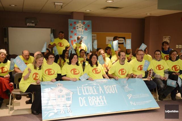 Quelques dizaines de membres du Syndicat de l'enseignement... ((Photo Le Quotidien, Jeannot Lévesque))