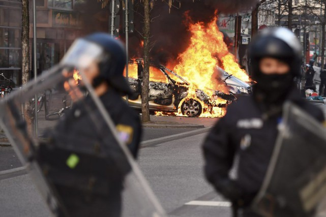 En fin de matinée, plusieurs centaines de manifestants... (PHOTO ODD ANDERSEN, AFP)