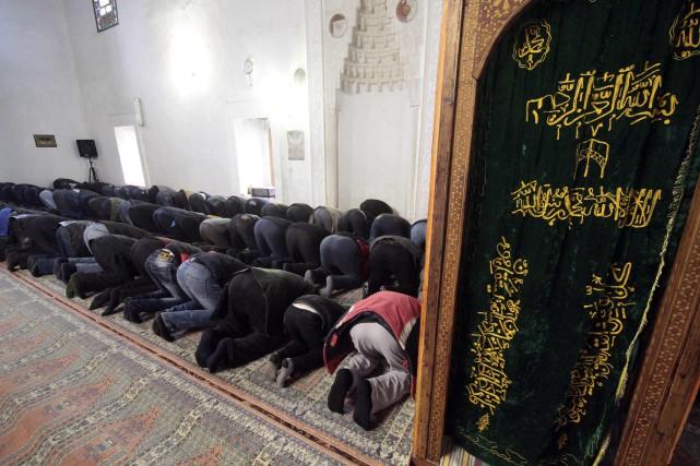 Des tatars musulmans prient dans une mosquée de... (Photo Pavel Rebrov, Reuters)
