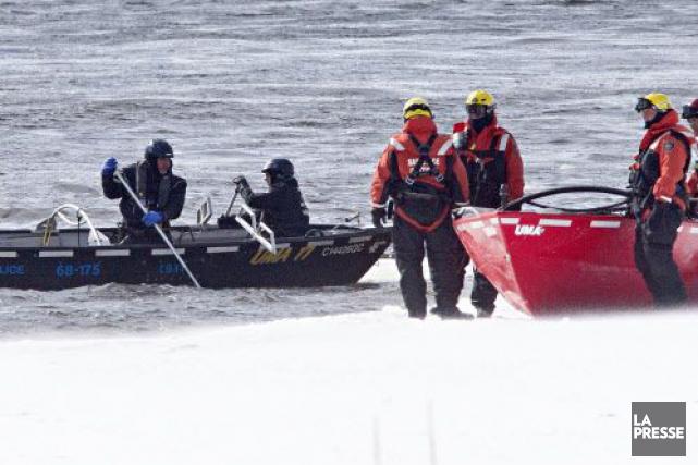 Les recherches menées par les équipes de sauvetage... (Photo Patrick Sanfacon, La Presse)