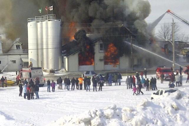 Un violent incendie a complètement ravagé la fromagerie... (Photo courtoisie Danika Desnoyers)