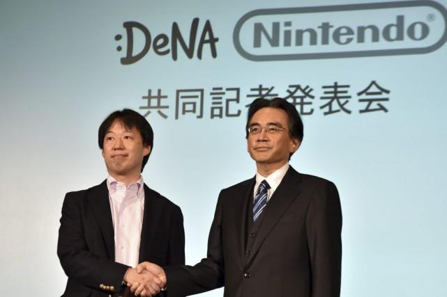 Le patron de Nintendo, Satoru Iwata (droite) et... (PHOTO YOSHIKAZU TSUNO, AFP)