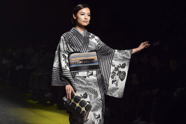Sur le podium, une création du célèbre designer... (PHOTO YOSHIKAZU TSUNO, AFP)