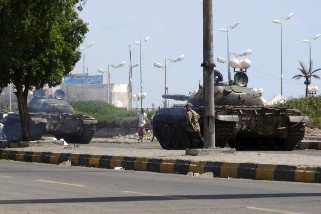 Des blindés sont déployés dans Aden, théâtre de... (PHOTO REUTERS)