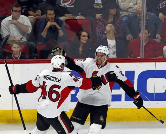 Andrew Hammond et Mark Stone ont très bien... (Associated Press)