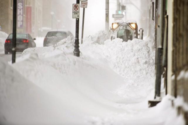 Une chenillette dégage un trottoir à Halifax.... (PHOTO ANDREW VAUGHAN, LA PRESSE CANADIENNE)