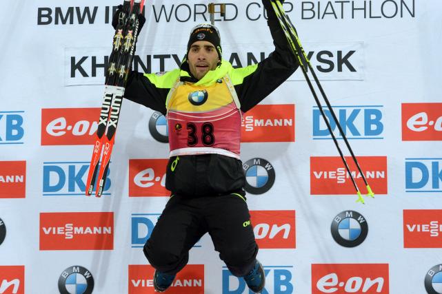 Le Français Martin Fourcade célèbre sur le podium.... (Photo Vasily Maximonv, AFP)