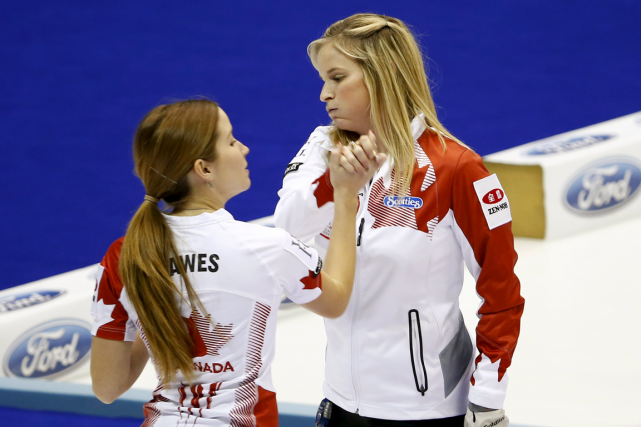 Kaitlyn Lawes et Jennifer Jones, de l'équipe canadienne... (Photo Thomas Peter, Reuters)