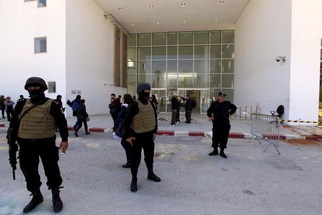 Des policiers montent la garde devant le hall... (Photo Anis Mili, Reuters)