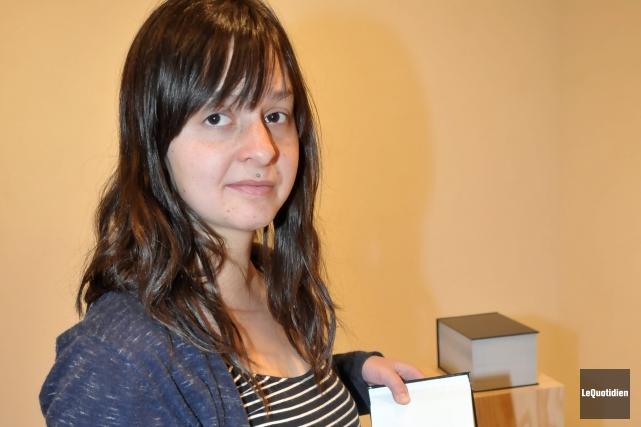 Marie-Michèle Bergeron tient l'un des livres animés qui... ((Photo Le Quotidien, Jeannot Lévesque))