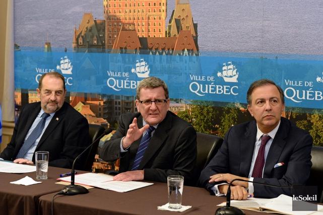 Le maire de Québec, Régis Labeaume (au centre),... (Le Soleil, Patrice Laroche)