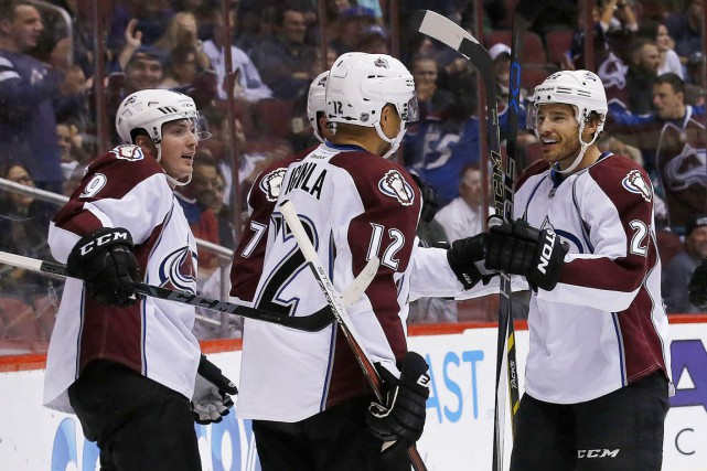 Jarome Iginla (12) célèbre son but avec Matt Duchene... (Photo Ross D. Franklin, AP)