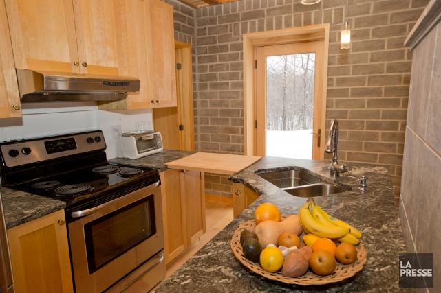 La cuisine: armoires de merisier, comptoirs de stéatite.... (PHOTO DAVID BOILY, LA PRESSE)