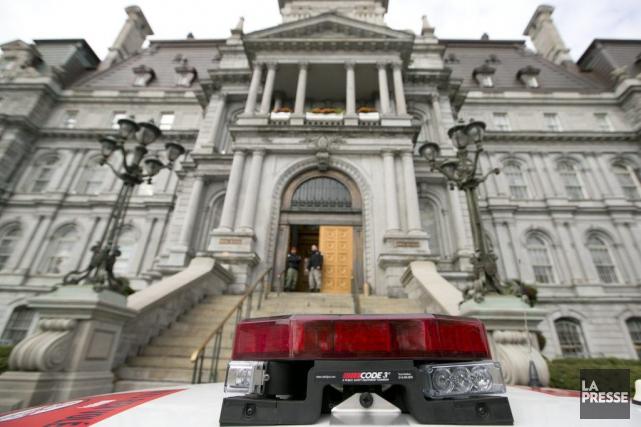 Présence policière devantl'Hôtel de Ville deMontréal.... (PHOTO HUGO-SEBASTIEN AUBERT, ARCHIVES LA PRESSE)
