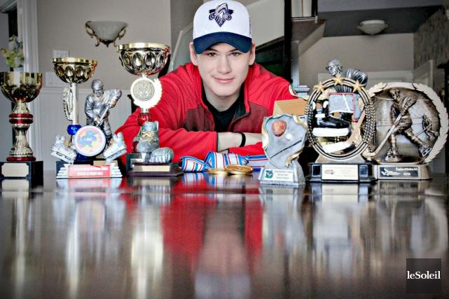 Samuel Morin pose avec les trophées qu'il a... (Le Soleil, Pascal Ratthé)